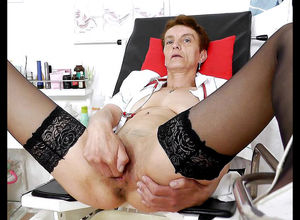 Elderly gal in pantyhose frigged her..